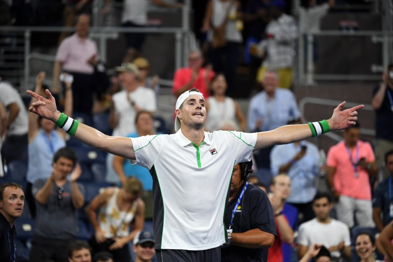 Isner outlasts Jarry to reach third round